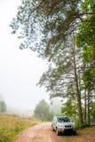 Suv die bij kant van de weg wordt geparkeerd stock afbeelding