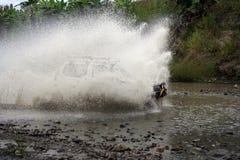 SUV die water kruist bij hoge snelheid Stock Fotografie
