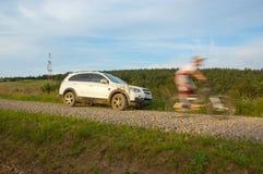 SUV e motociclista em declive 2 Imagens de Stock Royalty Free