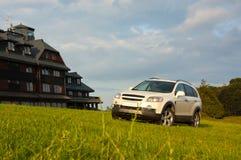 SUV em um hotel da montanha Imagens de Stock Royalty Free