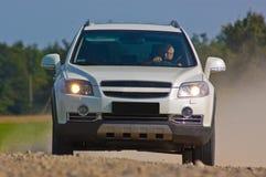 SUV em uma estrada da montanha Fotos de Stock Royalty Free