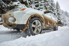 SUV em uma estrada da montanha Imagens de Stock Royalty Free