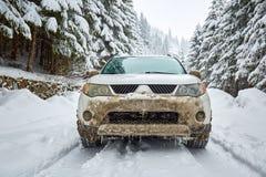 SUV em uma estrada da montanha Fotos de Stock
