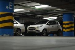 suv en el estacionamiento subterráneo Fotos de archivo libres de regalías