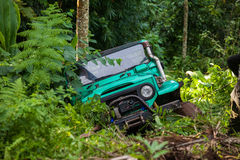 SUV en la selva tropical - aventúrese 7 de marzo de 2013 al entusiasta del coche que vadea un río rocoso usando el coche de cuatr Imagen de archivo libre de regalías