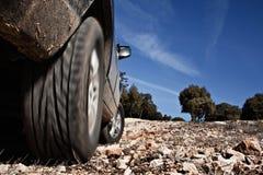 SUV en las rocas imagen de archivo libre de regalías