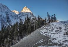 Suv está permaneciendo sobre la colina bajo luz del amanecer, Elbrus, Rusia Fotos de archivo libres de regalías