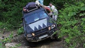 SUV expedicionario que conduce lentamente con área peligrosa en el bosque metrajes