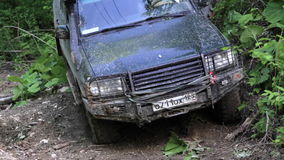 SUV expedicionario que conduce lentamente con área peligrosa en el bosque almacen de video