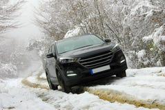 SUV fuori strada in fango ed in neve Fotografie Stock