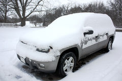 SUV ha ricoperto con neve Fotografia Stock Libera da Diritti
