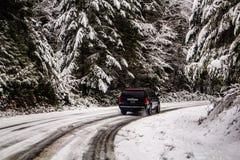 SUV-het Drijven in de Sneeuwbergen royalty-vrije stock foto's
