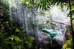 SUV i den tropiska djungeln - för affärsföretagbil för mars som 7, 2013 entusiast vadar en stenig flod genom att använda den ändr Fotografering för Bildbyråer