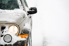 SUV im Schnee Lizenzfreies Stockbild