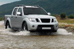 SUV kreuzt den Fluss Lizenzfreies Stockfoto