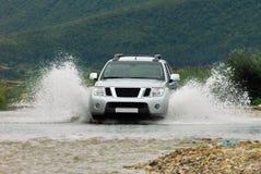 SUV krzyżuje rzekę Zdjęcie Stock