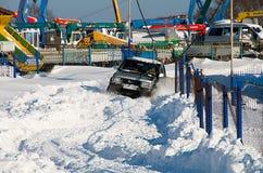 SUV maakt zijn manier door de sneeuw Royalty-vrije Stock Foto