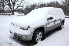 SUV met Sneeuw wordt bedekt die Royalty-vrije Stock Foto