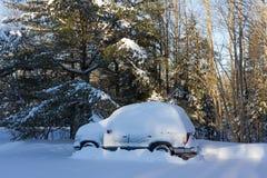 SUV met sneeuw wordt behandeld die Stock Foto