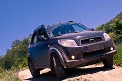 SUV modifié sur une route de montagne Images libres de droits