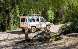 SUV monta na estrada secundária na floresta, Israel Imagens de Stock Royalty Free