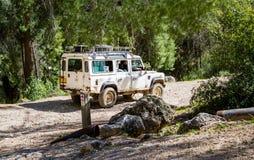 SUV monte sur la route de campagne dans la forêt, Israël Images libres de droits