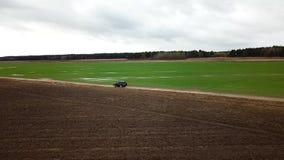 SUV negro que conduce en un camino del campo Fotograf?a a?rea con el quadcopter almacen de video