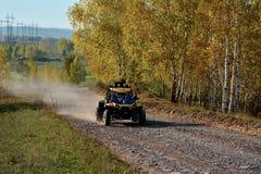 SUV nella foresta di autunno fotografia stock