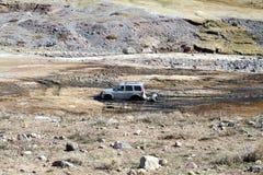 SUV nicht für den Straßenverkehr im Schlamm Stockbild