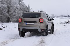 SUV Offroad jeżdżenie z Dacia Duster zdjęcie royalty free