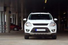 SUV op een parkeerterrein Royalty-vrije Stock Foto's