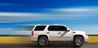 SUV op motieachtergrond Stock Afbeelding
