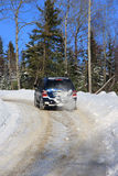 SUV op snowny weg in bos Royalty-vrije Stock Fotografie
