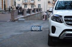 SUV op straat wordt geparkeerd die royalty-vrije stock fotografie