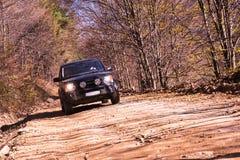 SUV på den steniga vägen Royaltyfri Fotografi
