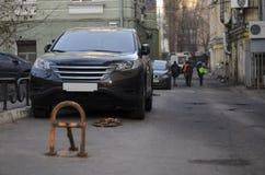 SUV parkte auf Straße Lizenzfreie Stockfotografie