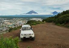 SUV poderoso sobre os montes de Mishennaya Imagem de Stock