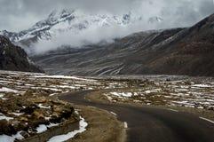 SUV podróżuje przez Himalajskich dróg Północny Sikkim blisko Gurudongmar jeziora przy 17000 ft wysokości, Lachen, Sikkim, India Zdjęcie Stock