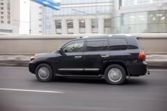 SUV que move sobre a estrada Foto de Stock Royalty Free