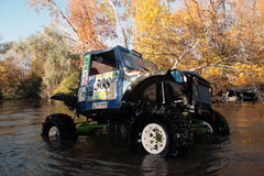 SUV in rivier stock foto's