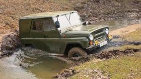 SUV ruso, resbalones campo a través del vehículo, pegados en el río metrajes