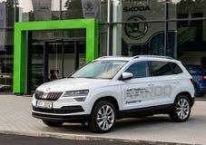 SUV Skoda Karoq som ett demonstrationsmedel som framme står av deqalership Royaltyfri Foto
