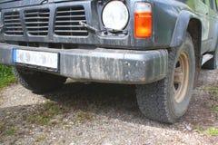 SUV som är vechile på skogvägen Arkivfoto