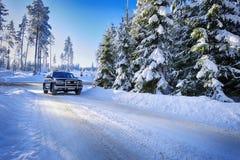 Suv 4x4 som kör i snöig villkor Fotografering för Bildbyråer