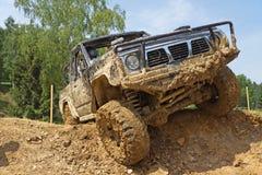 SUV sormonta il pendio fangoso ripido. Immagine Stock Libera da Diritti