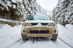 SUV su una strada della montagna Fotografie Stock
