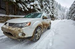 SUV su una strada della montagna Immagini Stock