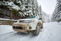 SUV su una strada della montagna Fotografia Stock