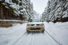 SUV su una strada della montagna Fotografie Stock Libere da Diritti