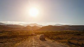 SUV su una strada della montagna della sporcizia fotografia stock